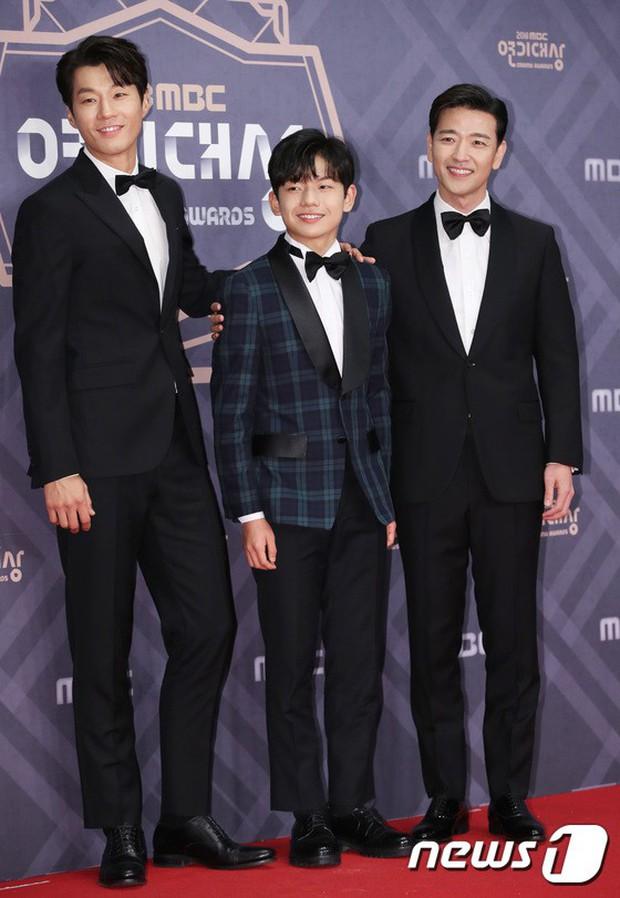 Thảm đỏ MBC Drama Awards: Sao nhí một thời lấn át Seohyun và loạt mỹ nhân hở bạo, So Ji Sub dẫn đầu dàn minh tinh - Ảnh 22.