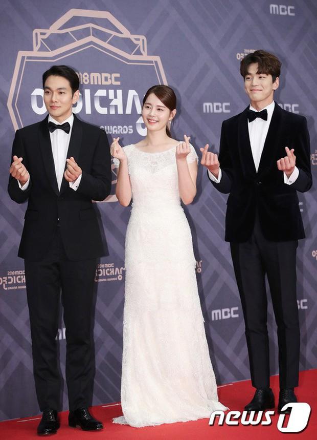 Thảm đỏ MBC Drama Awards: Sao nhí một thời lấn át Seohyun và loạt mỹ nhân hở bạo, So Ji Sub dẫn đầu dàn minh tinh - Ảnh 32.