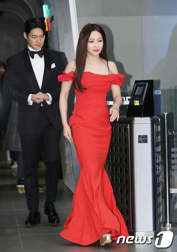 Thảm đỏ MBC Drama Awards: Sao nhí một thời lấn át Seohyun và loạt mỹ nhân hở bạo, So Ji Sub dẫn đầu dàn minh tinh - Ảnh 8.