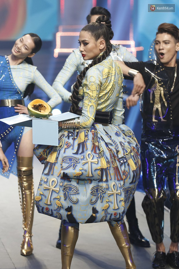 Chung kết The Face: Võ Hoàng Yến cực lầy mang đu đủ lên sân khấu - Ảnh 6.