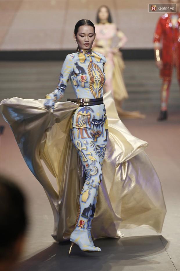 Chung kết The Face: Học trò Võ Hoàng Yến suýt vấp té sau màn xoay váy thần thánh cộp mác HLV - Ảnh 2.