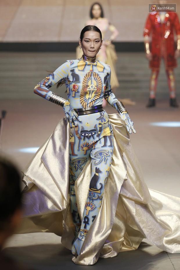 Chung kết The Face: Học trò Võ Hoàng Yến suýt vấp té sau màn xoay váy thần thánh cộp mác HLV - Ảnh 4.