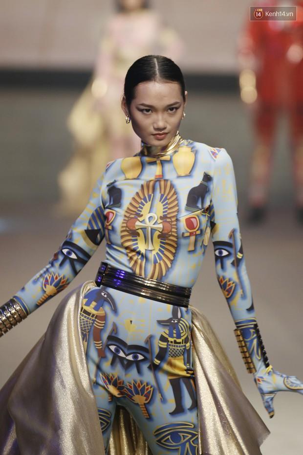 Chung kết The Face: Học trò Võ Hoàng Yến suýt vấp té sau màn xoay váy thần thánh cộp mác HLV - Ảnh 3.