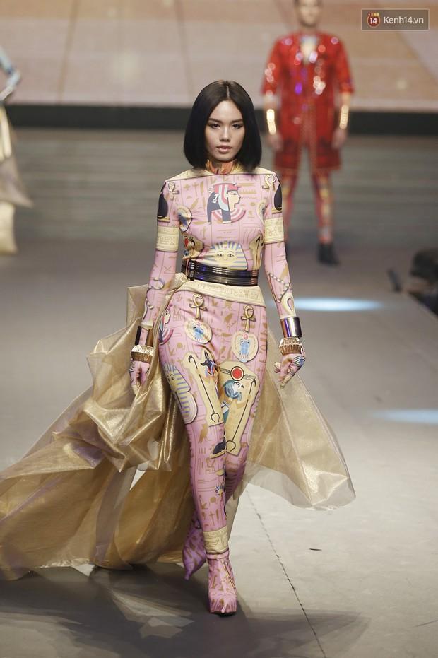 Chung kết The Face: Học trò Võ Hoàng Yến suýt vấp té sau màn xoay váy thần thánh cộp mác HLV - Ảnh 6.