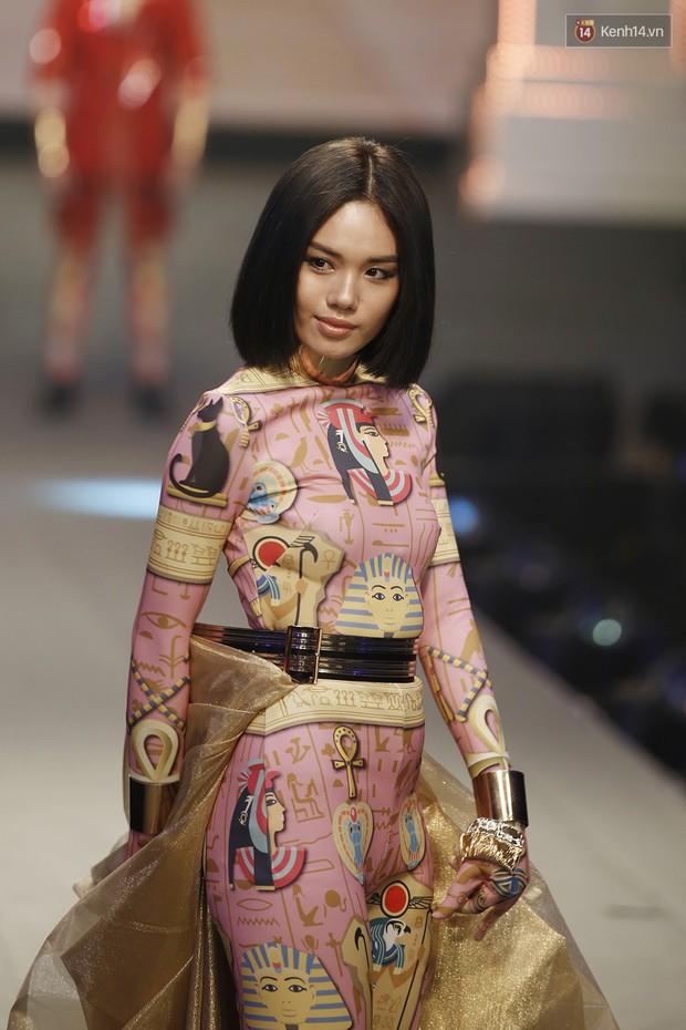 Chung kết The Face: Học trò Võ Hoàng Yến suýt vấp té sau màn xoay váy thần thánh cộp mác HLV - Ảnh 5.