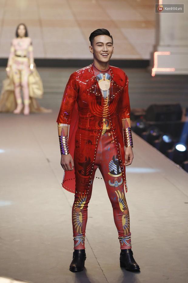 Chung kết The Face: Học trò Võ Hoàng Yến suýt vấp té sau màn xoay váy thần thánh cộp mác HLV - Ảnh 8.