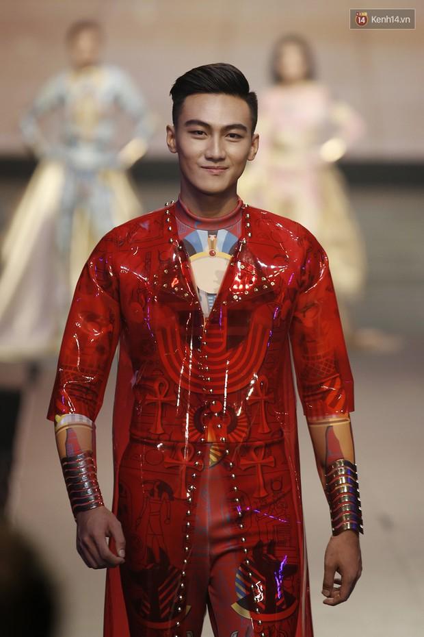 Chung kết The Face: Học trò Võ Hoàng Yến suýt vấp té sau màn xoay váy thần thánh cộp mác HLV - Ảnh 7.