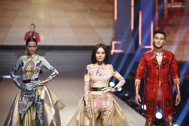 Chung kết The Face: Học trò Võ Hoàng Yến suýt vấp té sau màn xoay váy thần thánh cộp mác HLV - Ảnh 1.