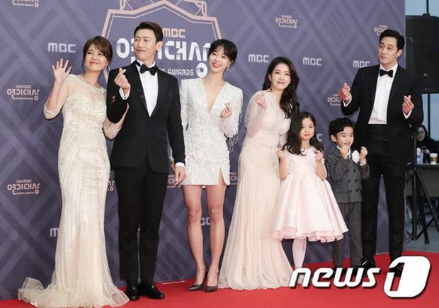 Thảm đỏ MBC Drama Awards: Sao nhí một thời lấn át Seohyun và loạt mỹ nhân hở bạo, So Ji Sub dẫn đầu dàn minh tinh - Ảnh 34.