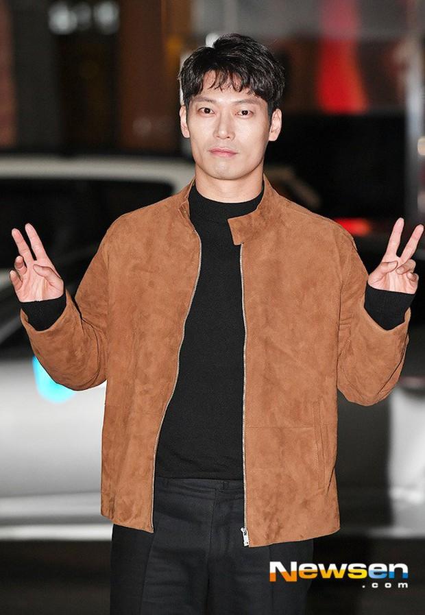 Tiệc mừng công Hồi ức Alhambra: Hyun Bin soái như tổng tài, Park Shin Hye lấy lại phong độ trước nữ phụ gây sốt - Ảnh 10.