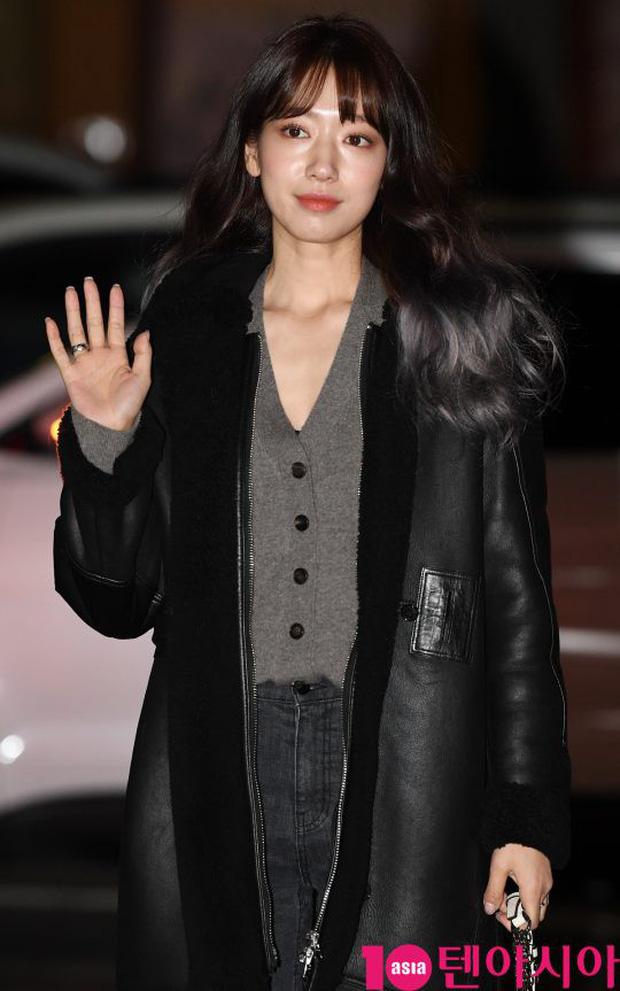 Tiệc mừng công Hồi ức Alhambra: Hyun Bin soái như tổng tài, Park Shin Hye lấy lại phong độ trước nữ phụ gây sốt - Ảnh 6.