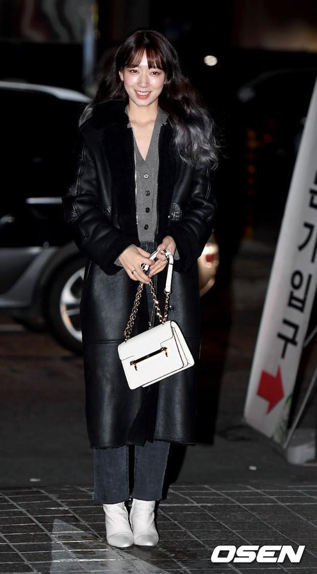 Tiệc mừng công Hồi ức Alhambra: Hyun Bin soái như tổng tài, Park Shin Hye lấy lại phong độ trước nữ phụ gây sốt - Ảnh 5.