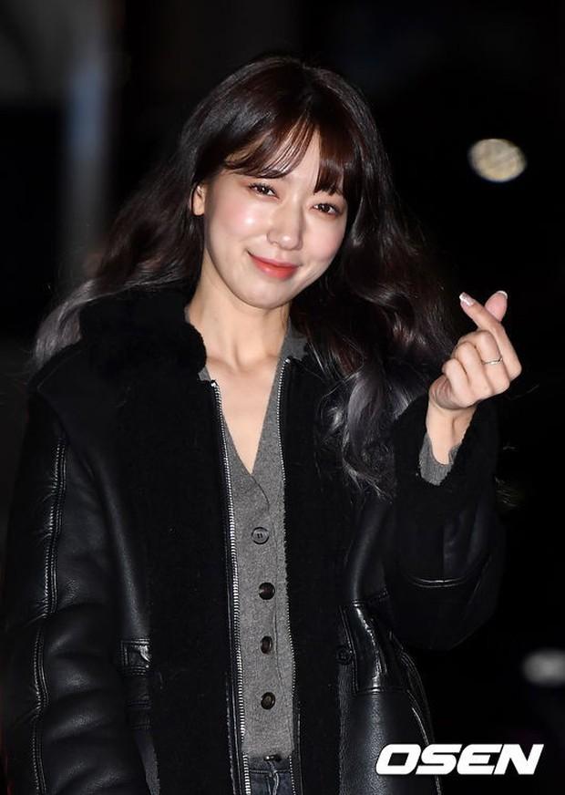 Tiệc mừng công Hồi ức Alhambra: Hyun Bin soái như tổng tài, Park Shin Hye lấy lại phong độ trước nữ phụ gây sốt - Ảnh 7.