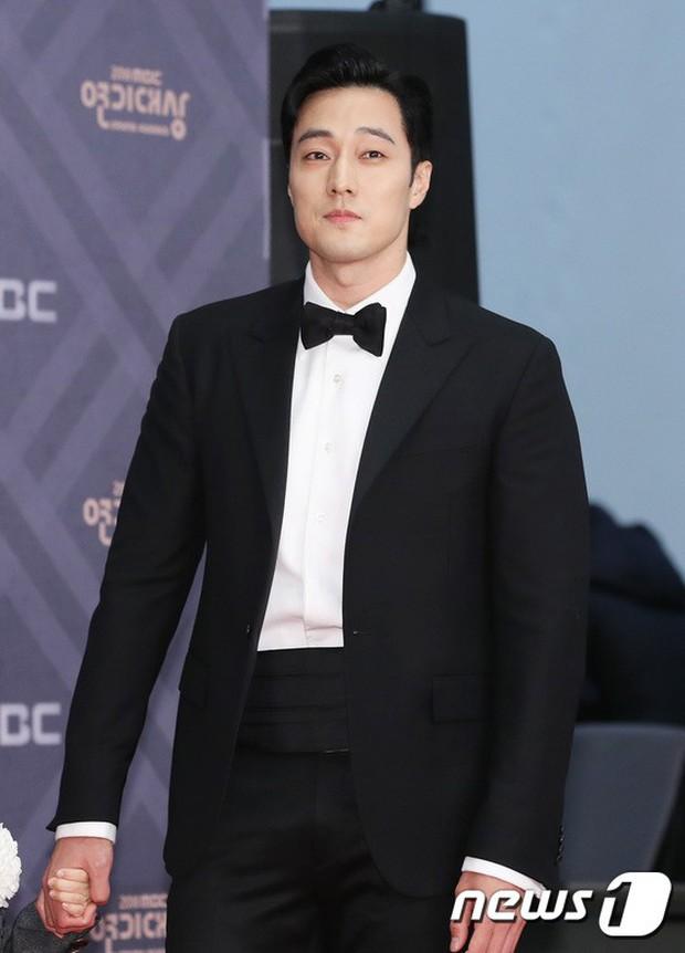Thảm đỏ MBC Drama Awards: Sao nhí một thời lấn át Seohyun và loạt mỹ nhân hở bạo, So Ji Sub dẫn đầu dàn minh tinh - Ảnh 20.