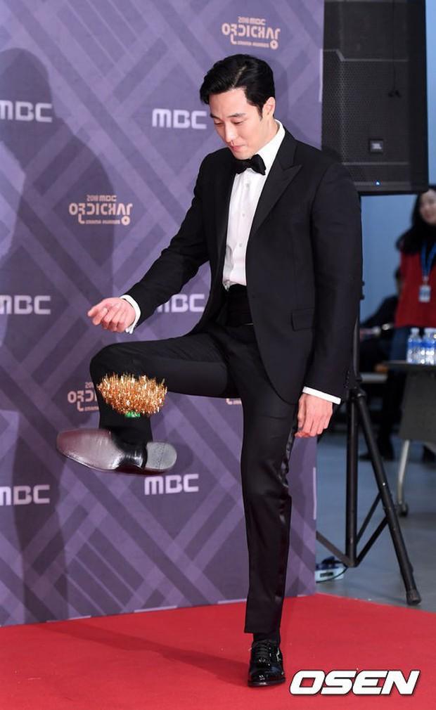 Thảm đỏ MBC Drama Awards: Sao nhí một thời lấn át Seohyun và loạt mỹ nhân hở bạo, So Ji Sub dẫn đầu dàn minh tinh - Ảnh 19.