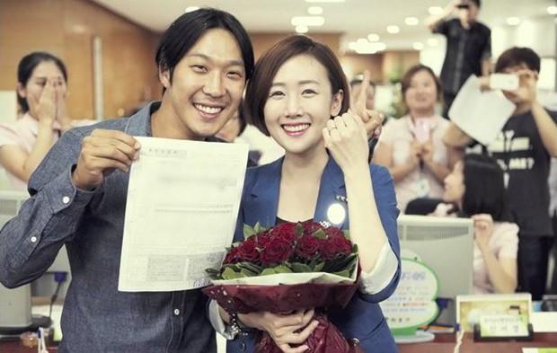 Niềm vui nhân đôi ngày cuối năm của fan Running Man: Lee Kwang Soo hẹn hò, Haha thông báo tin mừng này - Ảnh 1.