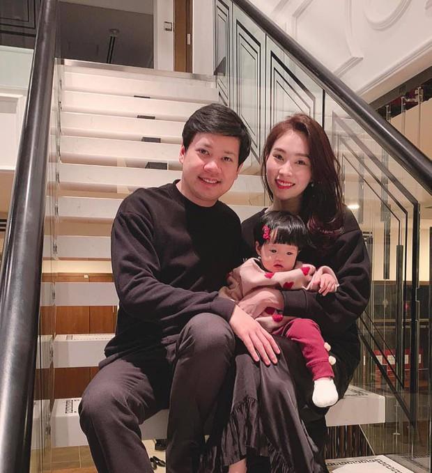 Vợ chồng Hoa hậu Đặng Thu Thảo hạnh phúc đón năm 2019 với thành viên mới Sophie hơn 9 tháng tuổi - Ảnh 1.