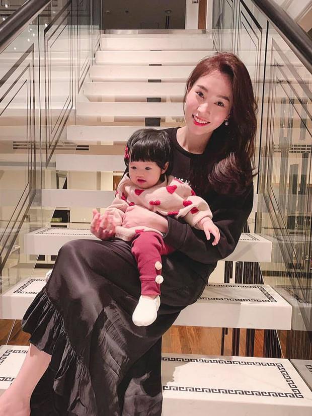 Vợ chồng Hoa hậu Đặng Thu Thảo hạnh phúc đón năm 2019 với thành viên mới Sophie hơn 9 tháng tuổi - Ảnh 2.