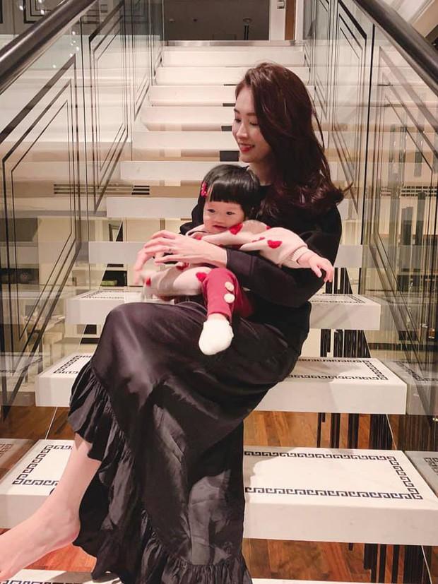 Vợ chồng Hoa hậu Đặng Thu Thảo hạnh phúc đón năm 2019 với thành viên mới Sophie hơn 9 tháng tuổi - Ảnh 3.