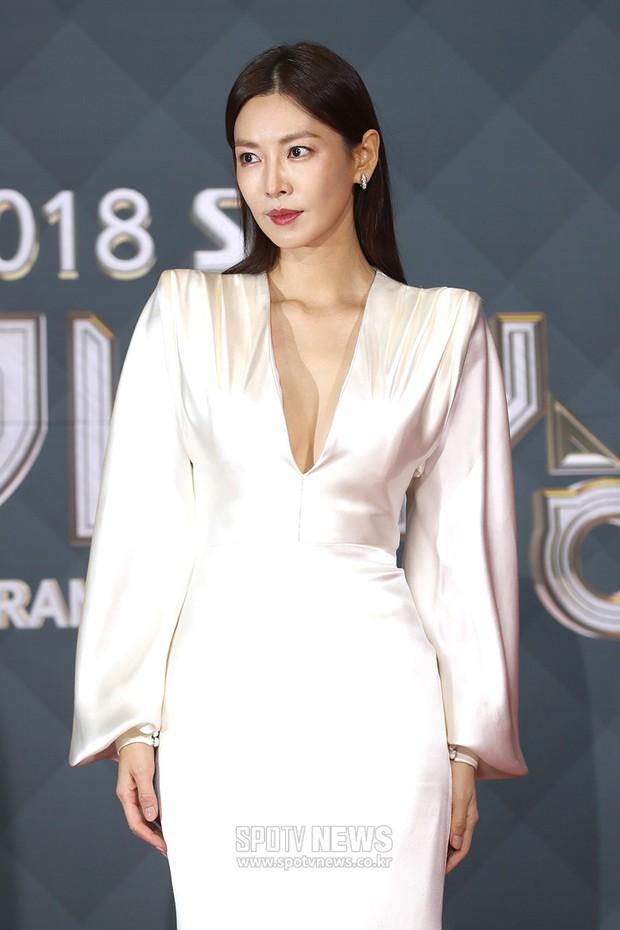 Thảm đỏ SBS Drama Awards: Jang Nara tăng cân vẫn quá đẹp, nàng Kim Sam Soon đọ body nóng bỏng bên loạt minh tinh - Ảnh 6.