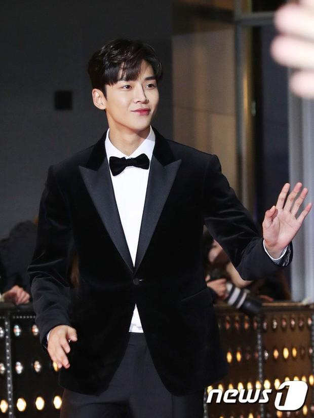 Thảm đỏ SBS Drama Awards: Jang Nara tăng cân vẫn quá đẹp, nàng Kim Sam Soon đọ body nóng bỏng bên loạt minh tinh - Ảnh 17.
