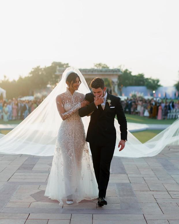 Nick Jonas hé lộ hình ảnh và clip Hoa hậu Thế giới lộng lẫy với tà váy cưới khổng lồ trong hôn lễ thế kỷ - Ảnh 2.