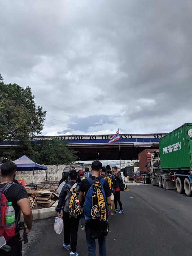 Cổ động viên Malaysia đi xe bus trong 24 tiếng để cổ vũ đội nhà tại bán kết AFF Cup 2018 - Ảnh 2.