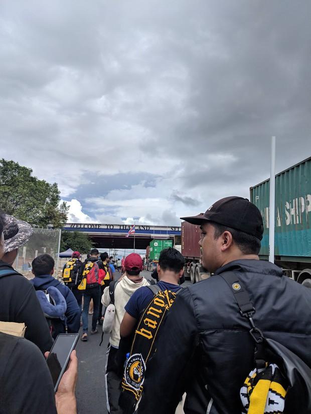 Cổ động viên Malaysia đi xe bus trong 24 tiếng để cổ vũ đội nhà tại bán kết AFF Cup 2018 - Ảnh 3.