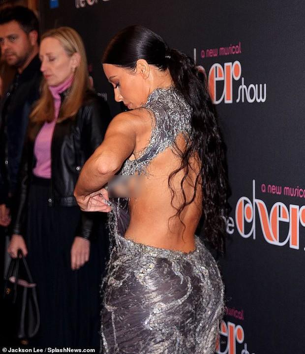 Mặc đầm hiệu mà như đắp rác thải lên người, Kim Kardashian còn suýt chiếu tướng cả dàn người vì lộ ngực - Ảnh 1.