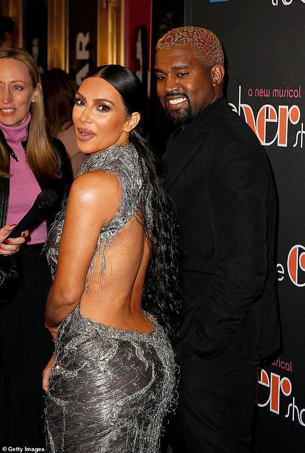 Mặc đầm hiệu mà như đắp rác thải lên người, Kim Kardashian còn suýt chiếu tướng cả dàn người vì lộ ngực - Ảnh 2.