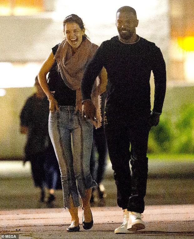 Chẳng cần nói lời nào, nụ cười tươi rói của Katie Holmes đã cho thấy cô hạnh phúc thế nào bên Jamie Foxx - Ảnh 1.