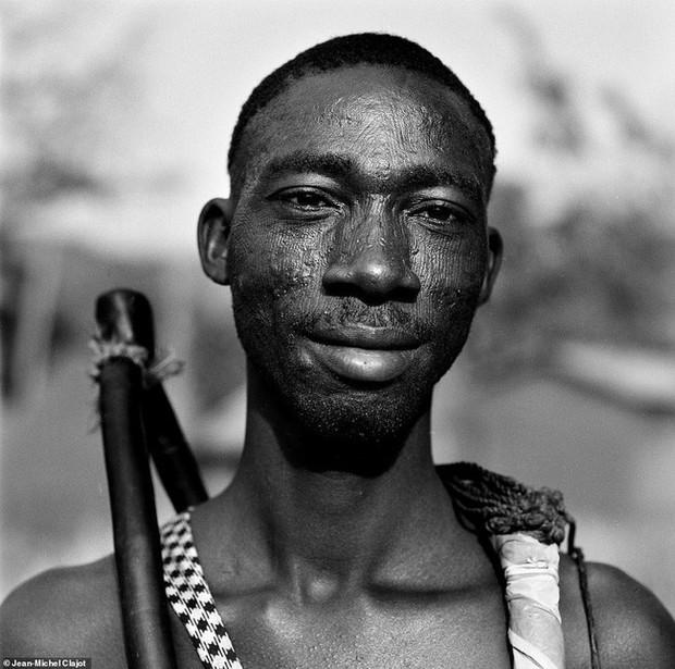 Tục lệ khắc dấu lên đầu trẻ em để đánh dấu thành viên gia tộc ở Châu Phi khiến ai chứng kiến cũng rùng mình - Ảnh 2.