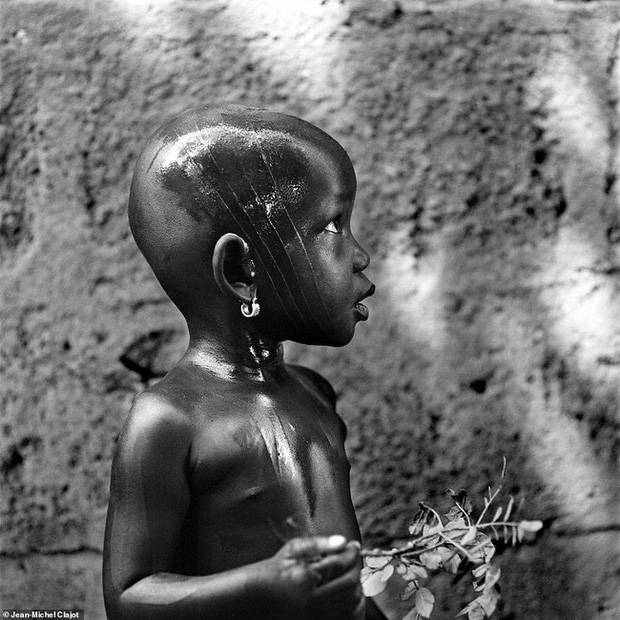 Tục lệ khắc dấu lên đầu trẻ em để đánh dấu thành viên gia tộc ở Châu Phi khiến ai chứng kiến cũng rùng mình - Ảnh 12.