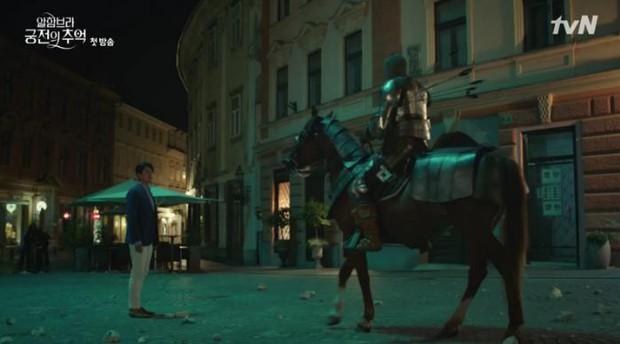 3 lý do giúp Hồi ức Alhambra của Hyun Bin kích thích tò mò ngay từ tập phim đầu - Ảnh 4.