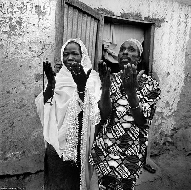 Tục lệ khắc dấu lên đầu trẻ em để đánh dấu thành viên gia tộc ở Châu Phi khiến ai chứng kiến cũng rùng mình - Ảnh 7.