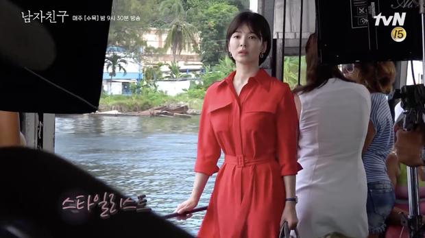 Clip: Song Hye Kyo cười bẽn lẽn khi Park Bo Gum lắc hông điệu nghệ tại hậu trường Encounter - Ảnh 3.