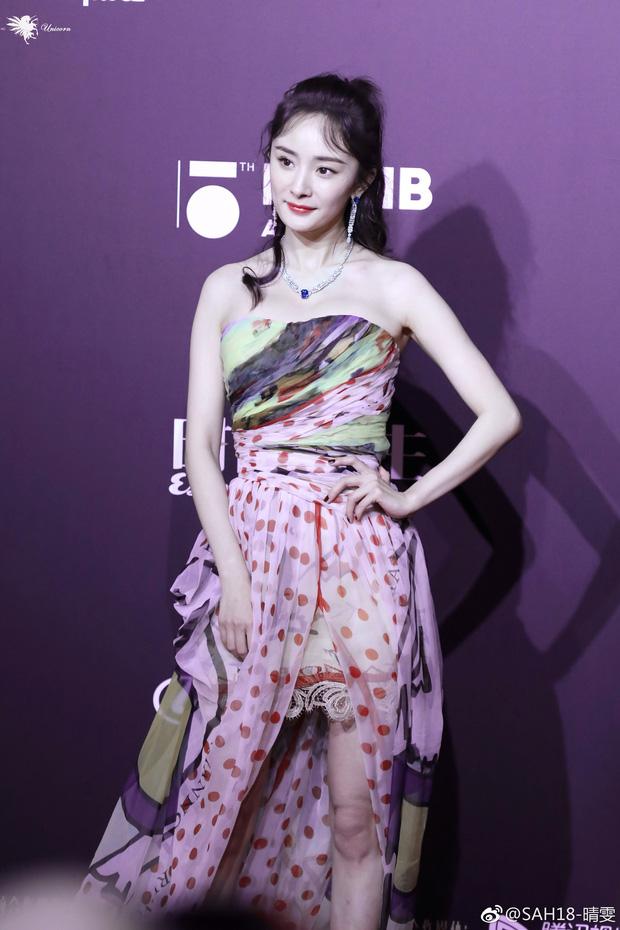 Dương Mịch – Angela Baby cùng diện đầm khoe ngực: người nóng bỏng, người vòng 1 nảy nở bất thường - Ảnh 8.