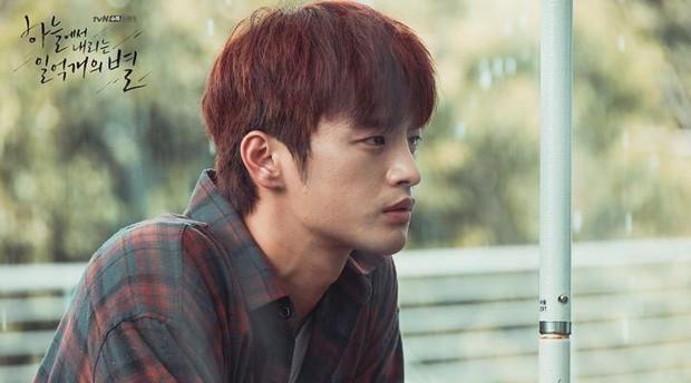 """Nhìn xem phim Hàn 2018 đã cho """"ra mắt chị em"""" bao nhiêu chàng bạn trai trong mơ! - Ảnh 19."""
