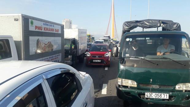 Đà Nẵng: Xe tải lật giữa cầu, giao thông ách tắc nghiêm trọng giờ cao điểm - Ảnh 4.