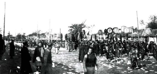 Ảnh hiếm trong tang lễ Từ Hi thái hậu qua ống kính phóng viên Hà Lan: Xa hoa bậc nhất, đoàn người đưa tiễn dài vô tận - Ảnh 13.