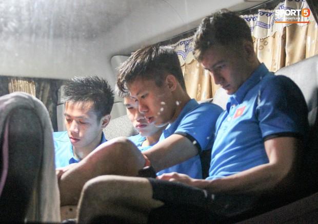 Tuyển Việt Nam xem Malaysia đánh bại Thái Lan ngay trên xe bus - Ảnh 4.