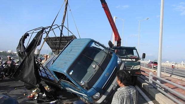 Đà Nẵng: Xe tải lật giữa cầu, giao thông ách tắc nghiêm trọng giờ cao điểm - Ảnh 1.