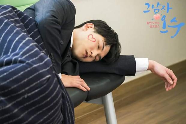 """Nhìn xem phim Hàn 2018 đã cho """"ra mắt chị em"""" bao nhiêu chàng bạn trai trong mơ! - Ảnh 25."""