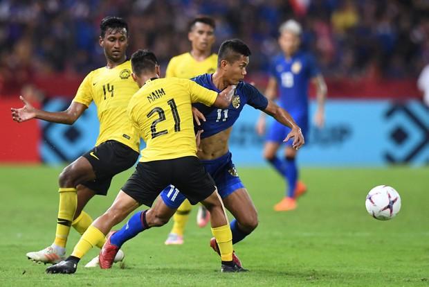 Thái Lan 2-2 Malaysia: Chân sút số 1 đá hỏng quả phạt đền ở những giây cuối cùng, Thái Lan chính thức trở thành cựu vô địch - Ảnh 2.