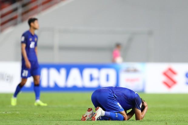 Siêu tiền đạo Thái Lan bị ném đá vì pha sút penalty lên tận mặt trăng - Ảnh 2.