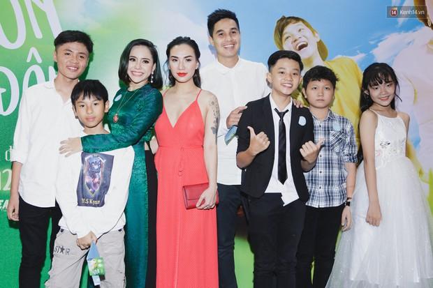 Kaity Nguyễn và Lâm Thanh Mỹ đọ sắc, người xinh như búp bê, người thanh lịch dịu dàng bên thảm đỏ ra mắt phim - Ảnh 13.