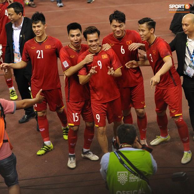 Xuân Trường, Văn Toàn check-in cực nhắng cùng hội anh em cây khế sau trận thắng Philippines - Ảnh 4.