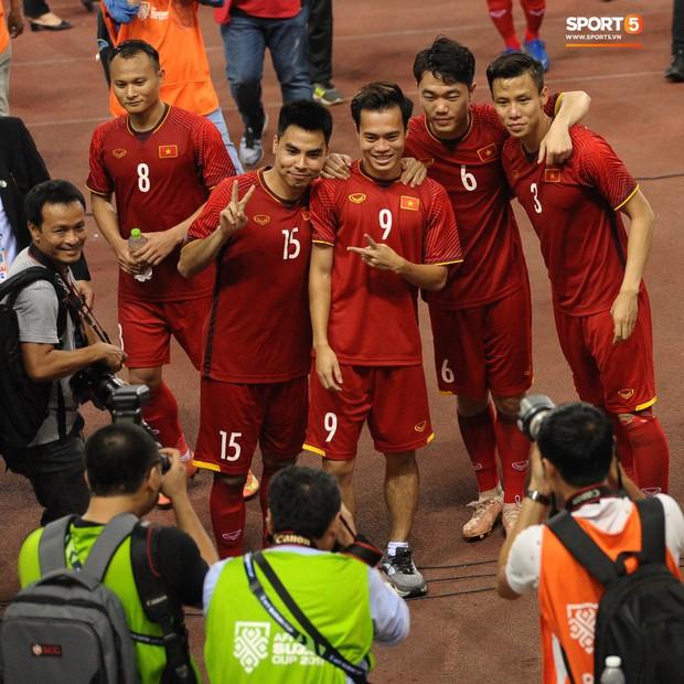 Xuân Trường, Văn Toàn check-in cực nhắng cùng hội anh em cây khế sau trận thắng Philippines - Ảnh 5.