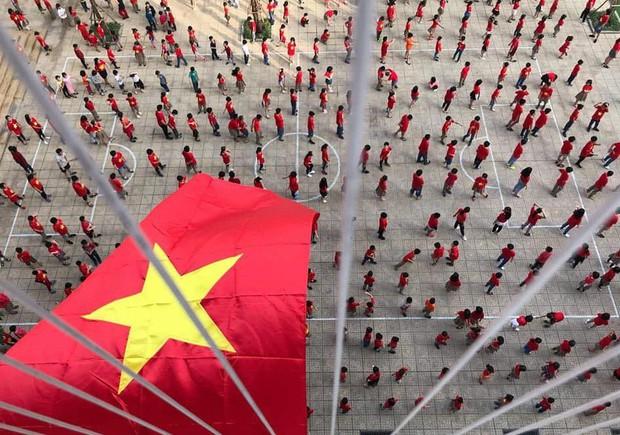 Hàng nghìn học sinh nhảy Flashmob trên nhạc của Sơn Tùng MTP cổ vũ đội tuyển Việt Nam tại AFF CUP 2018 - Ảnh 3.