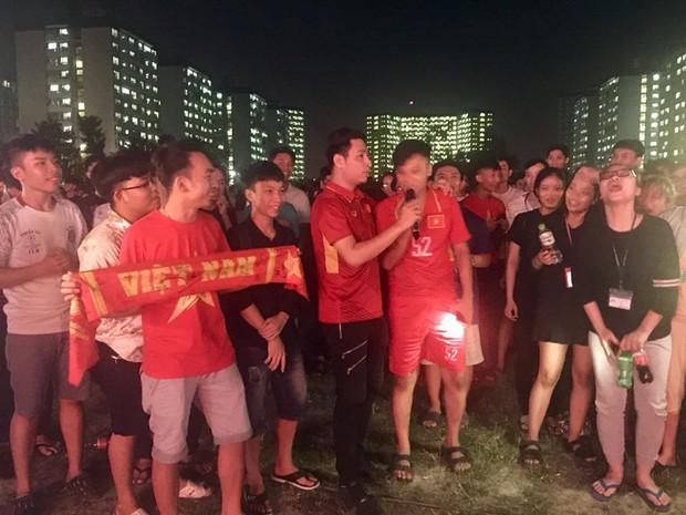 Hàng nghìn học sinh nhảy Flashmob trên nhạc của Sơn Tùng MTP cổ vũ đội tuyển Việt Nam tại AFF CUP 2018 - Ảnh 5.